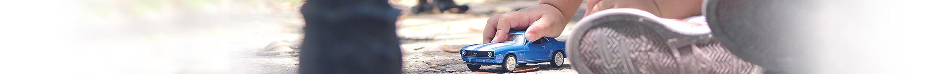 Legetøjsbiler - fart over feltet med biler, fly og toge